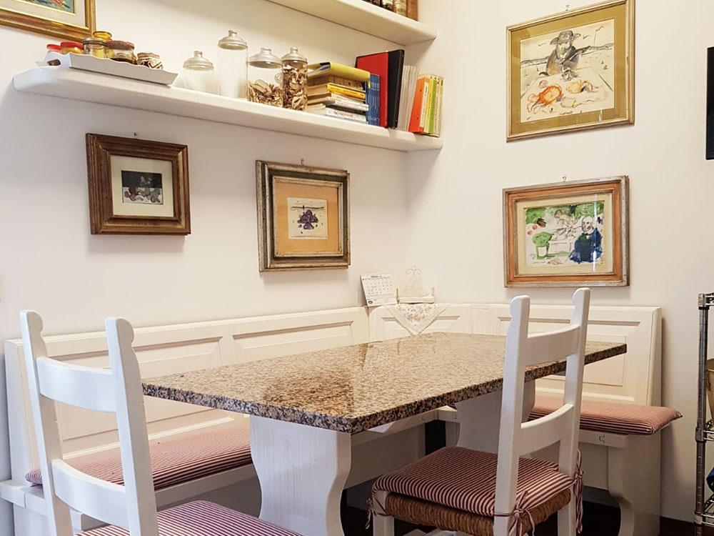 Cucina rilaccata da noce nazionale a bianco e tortora pettinato
